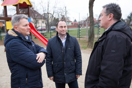 (balról jobbra) Kucsák László, Banyár László és Szarvas Attila egyeztetnek a további fejlesztési lehetőségekről a Pöstyén téren